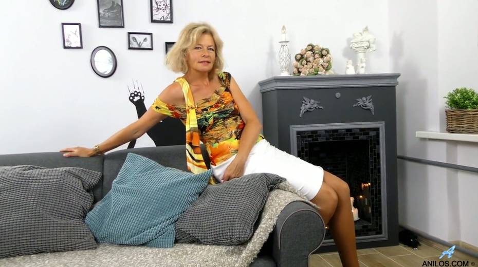 Mature blonde Diana Gold is finger fucking her wet and whorish punani - 2. pic