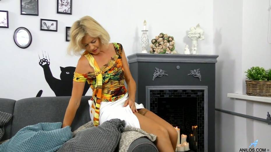 Mature blonde Diana Gold is finger fucking her wet and whorish punani - 3. pic