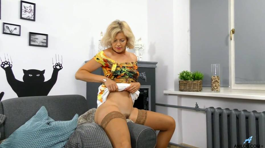 Mature blonde Diana Gold is finger fucking her wet and whorish punani - 7. pic