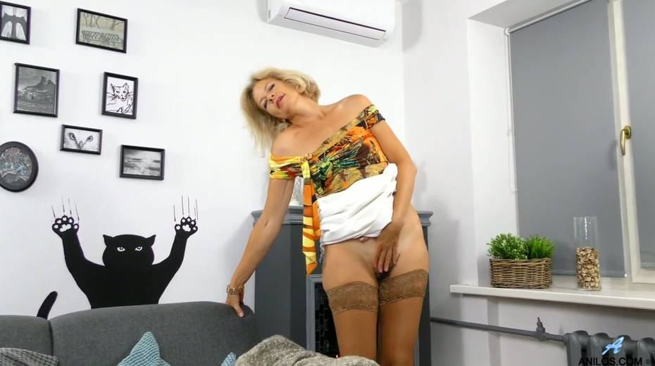 Mature blonde Diana Gold is finger fucking her wet and whorish punani - 8. pic