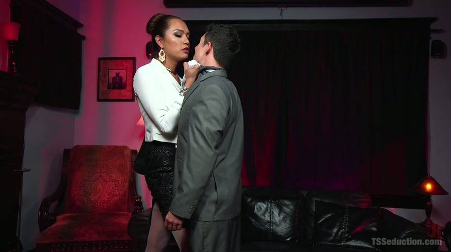 Hot blooded tranny Jessica Fox fucks deep throat and stretches anus of bisexual boyfriend - 2. pic