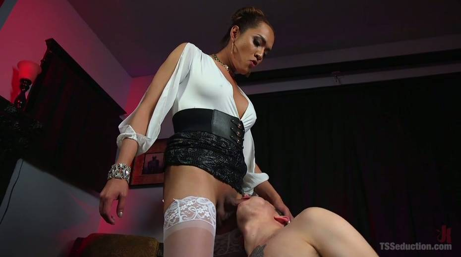 Hot blooded tranny Jessica Fox fucks deep throat and stretches anus of bisexual boyfriend - 5. pic