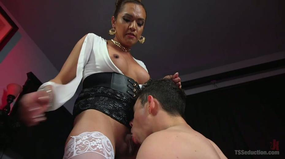 Hot blooded tranny Jessica Fox fucks deep throat and stretches anus of bisexual boyfriend - 7. pic