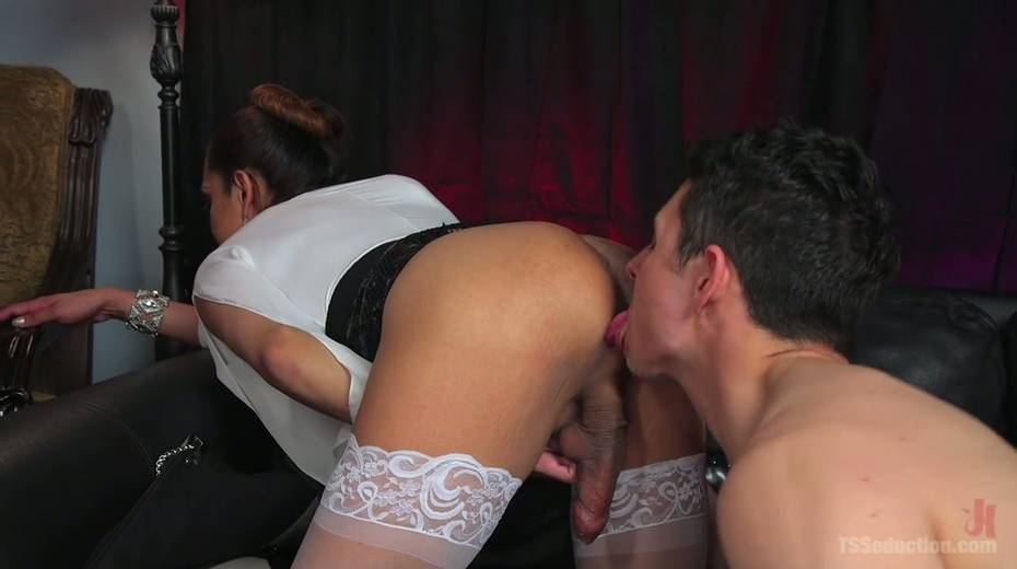 Hot blooded tranny Jessica Fox fucks deep throat and stretches anus of bisexual boyfriend - 10. pic