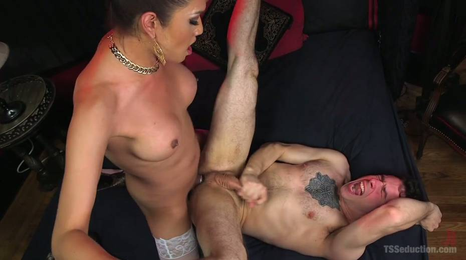 Hot blooded tranny Jessica Fox fucks deep throat and stretches anus of bisexual boyfriend - 20. pic
