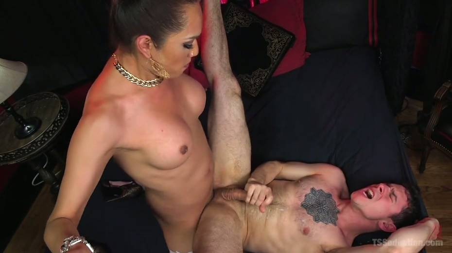 Hot blooded tranny Jessica Fox fucks deep throat and stretches anus of bisexual boyfriend - 21. pic