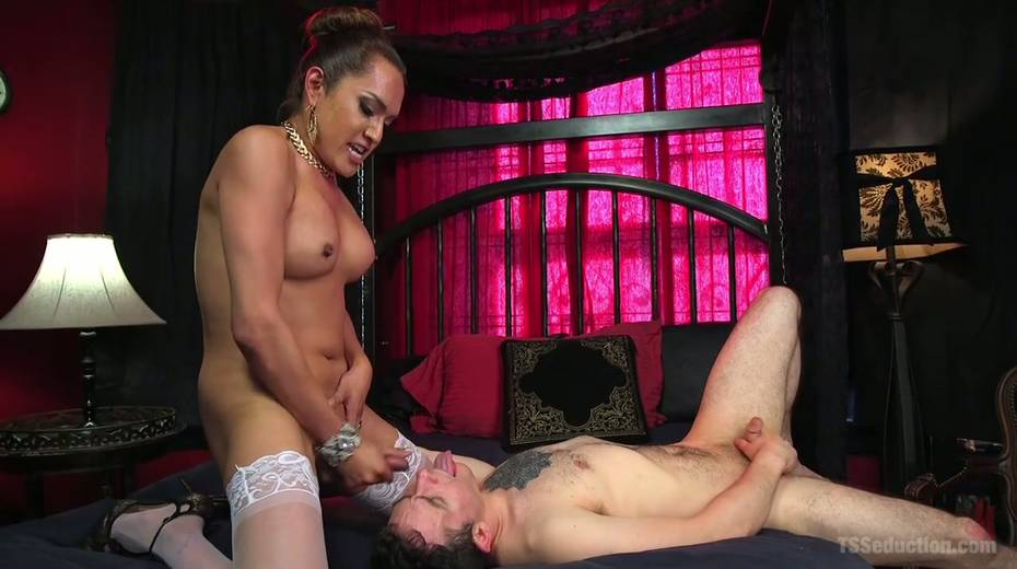 Hot blooded tranny Jessica Fox fucks deep throat and stretches anus of bisexual boyfriend - 23. pic