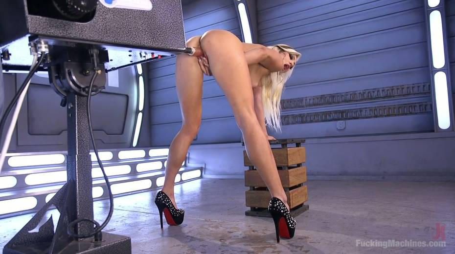 Famous bitch Cameron Dee enjoys testing crazy sex machine - 18. pic