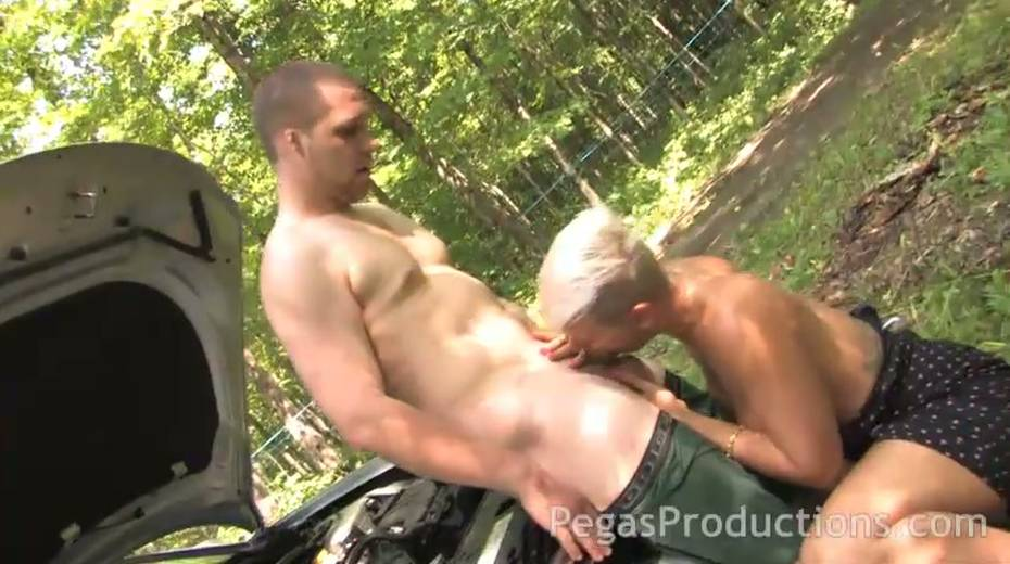 Juggy elder girlfriend Alyson Queen gives a blowjob and titjob in the forest - 5. pic