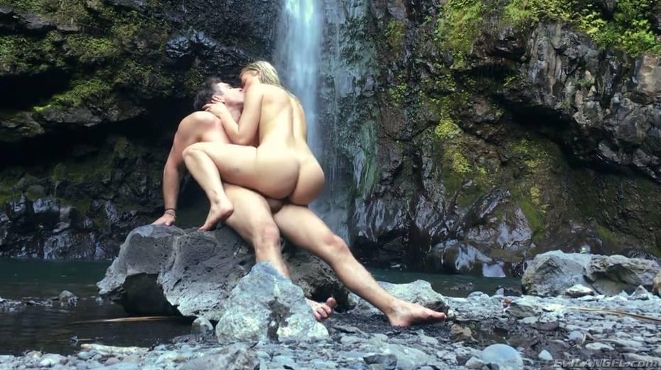 Stunning porn model Anikka Albrite has wild sex near a waterfall - 17. pic