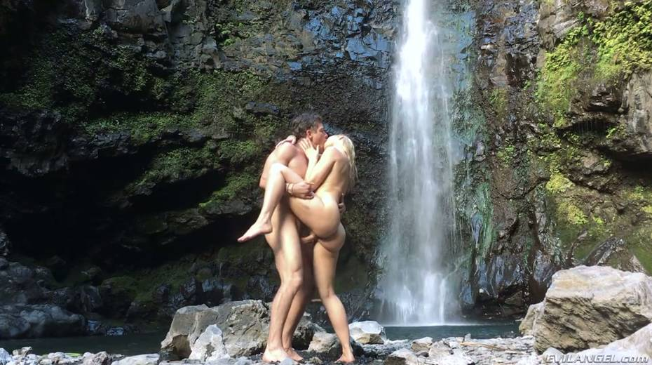 Stunning porn model Anikka Albrite has wild sex near a waterfall - 19. pic