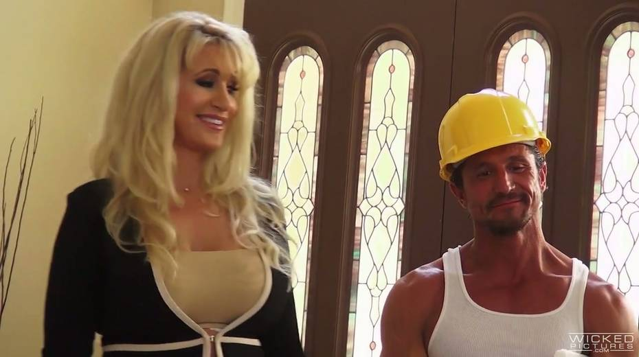 Sex-appeal housewife with huge jugs Ryan Conner seduces one worker - 2. pic