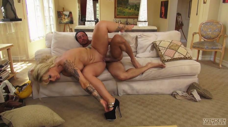 Sex-appeal housewife with huge jugs Ryan Conner seduces one worker - 20. pic