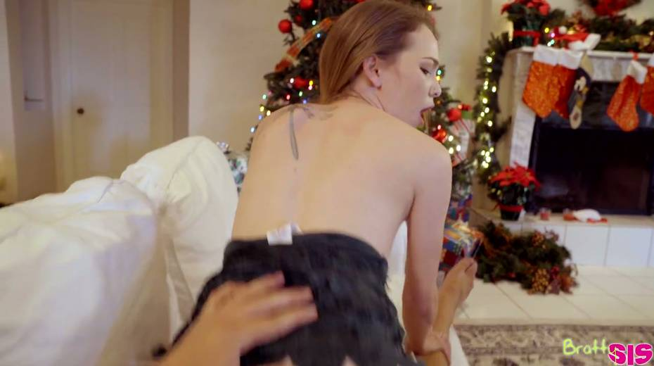Stepsister Angel Smalls gives a blowjob and gets fucked under the Xmas tree - 22. pic