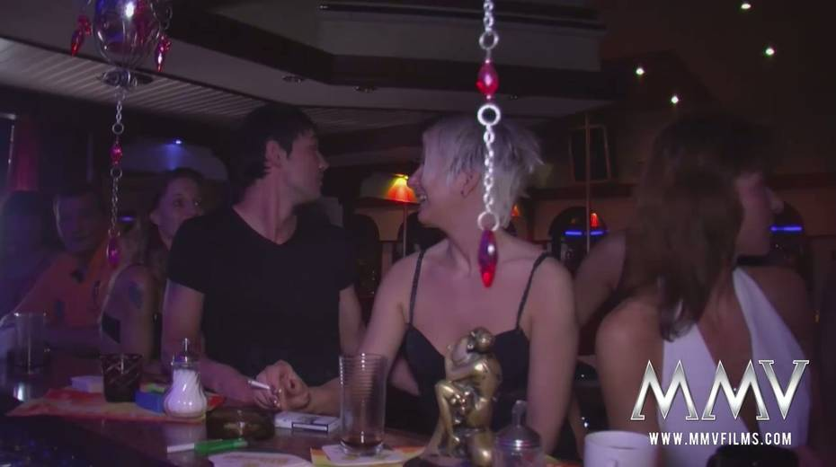 Swinger party featuring cougar chicks and perverted dudes - 8. pic