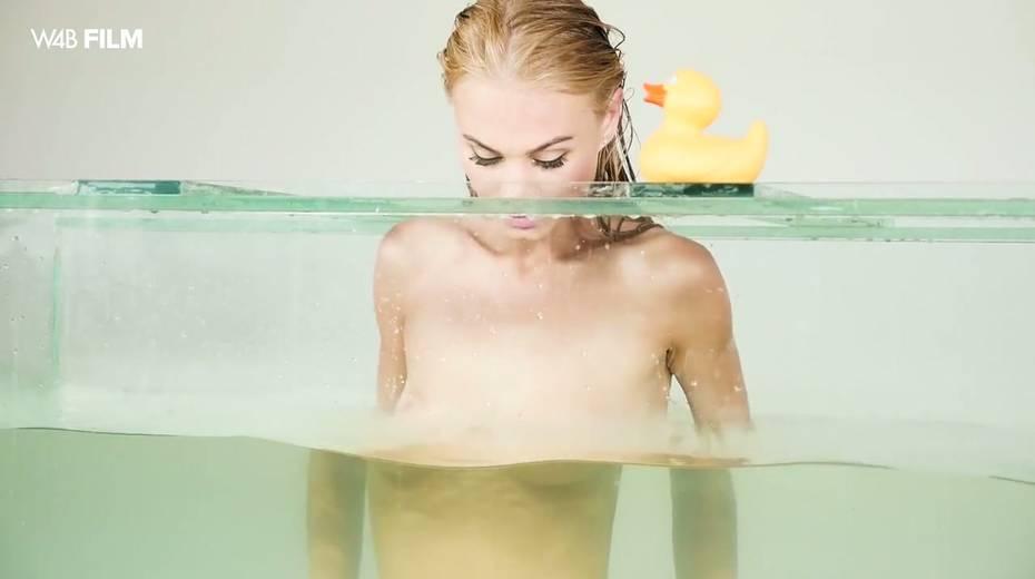 Sexy mermaid Nancy is masturbating her pussy in aquarium - 28. pic