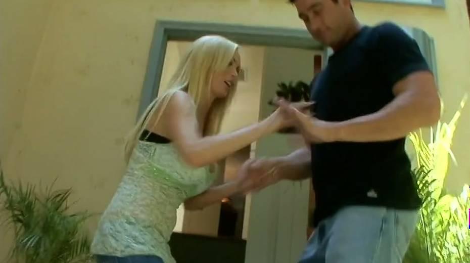 Juggy blonde Nikki Benz hooks up with one dude living nextdoor - 2. pic