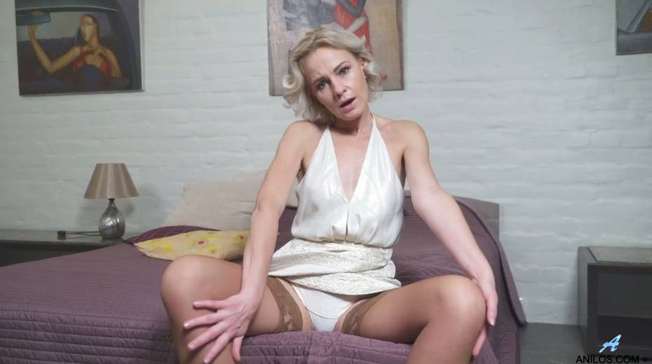 Young student has the honor of fucking mature blonde Artemia - 5. pic