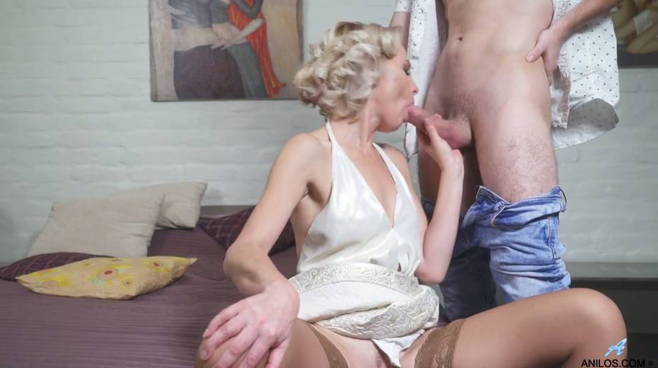 Young student has the honor of fucking mature blonde Artemia - 11. pic