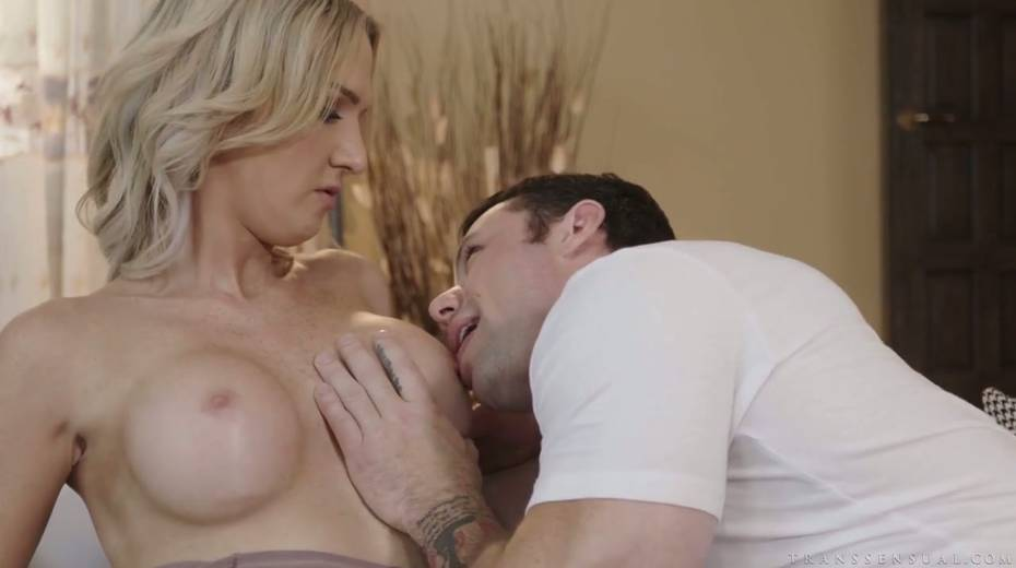 Luscious tranny Kayleigh Coxx is having crazy anal sex with tattooed boyfriend - 5. pic