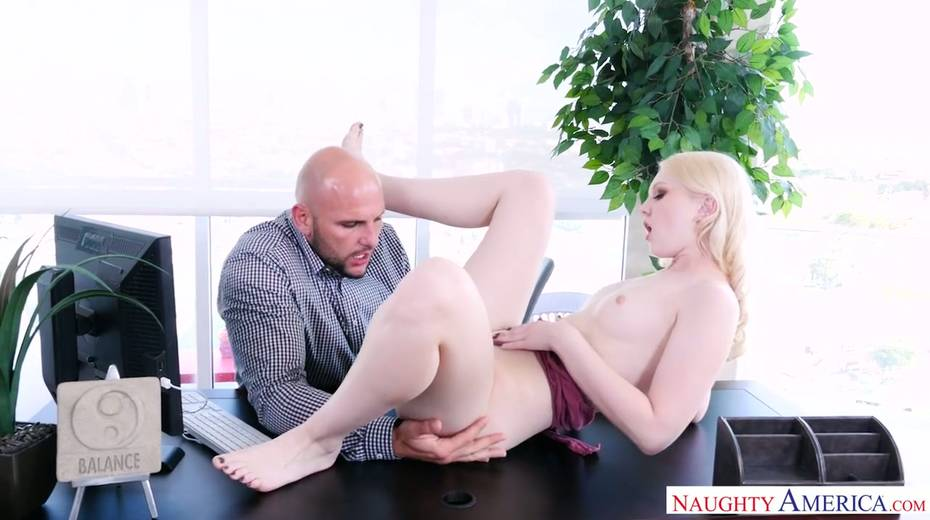 Bald headed hunk J Mac fucks pretty blonde Lily Rader and makes her cunt stretched - 5. pic