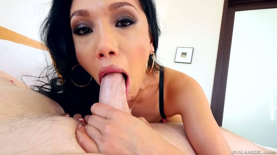 Dirty harlot Vicki Chase gives deepthroat sloppy blojob on a pov camera - 5. pic