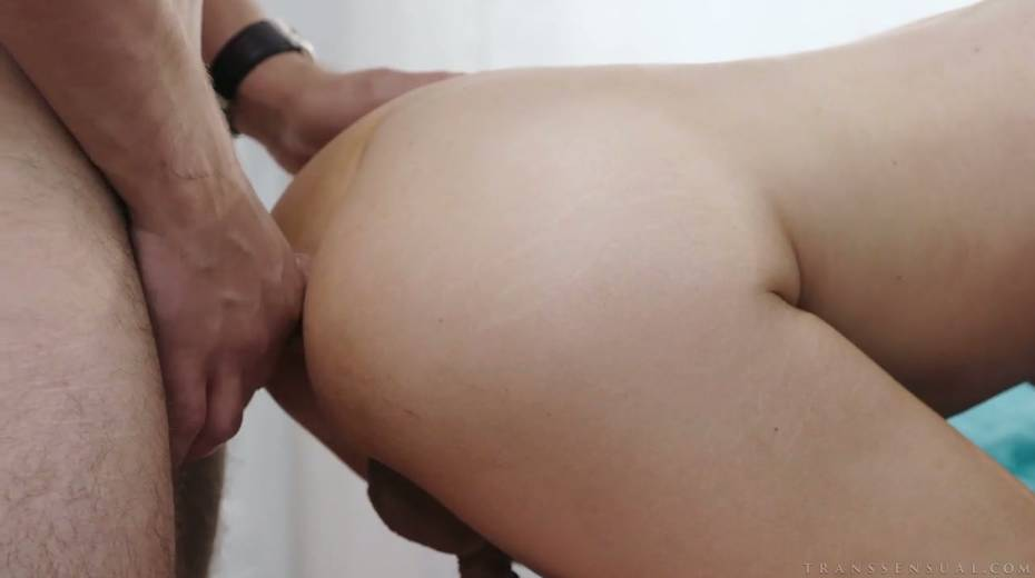 Blond tranny Kayleigh Coxx gives a good blowjob and gets anus fucked - 11. pic