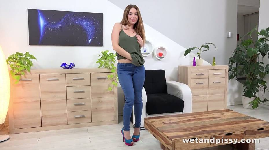 Pee fetish chick Xiana is pissing in her jeans and masturbating muff - 1. pic