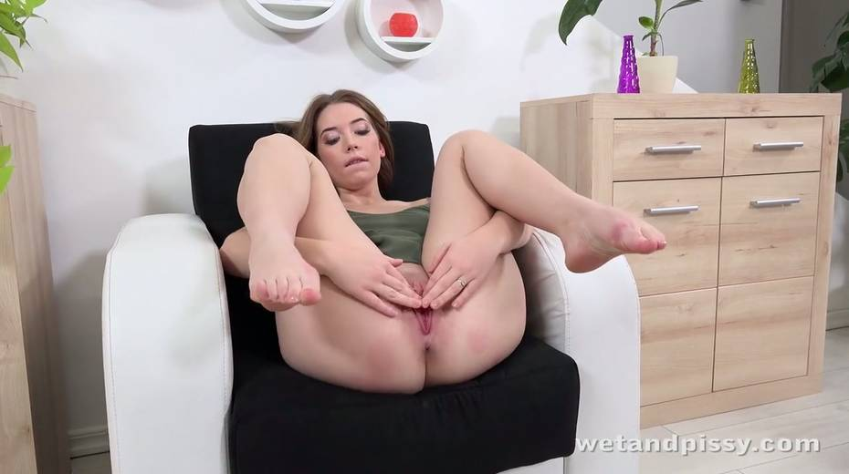 Pee fetish chick Xiana is pissing in her jeans and masturbating muff - 6. pic