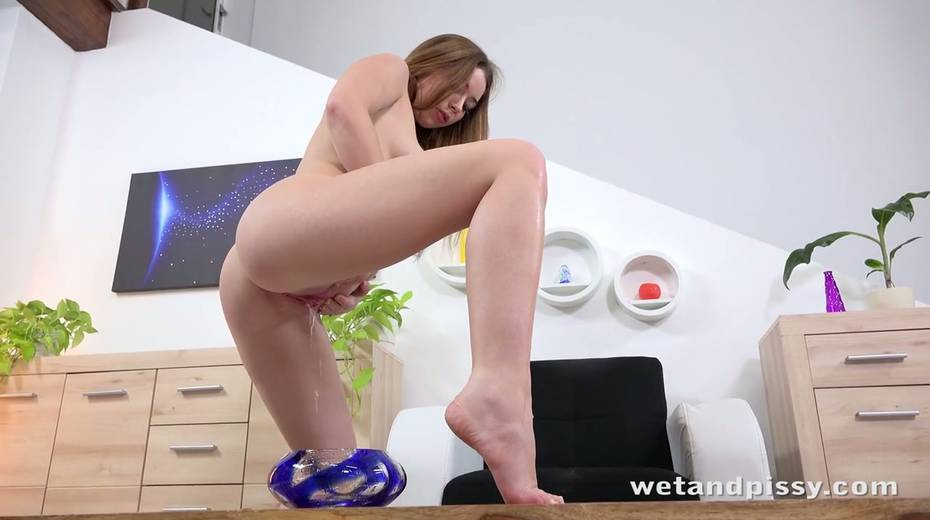 Pee fetish chick Xiana is pissing in her jeans and masturbating muff - 10. pic