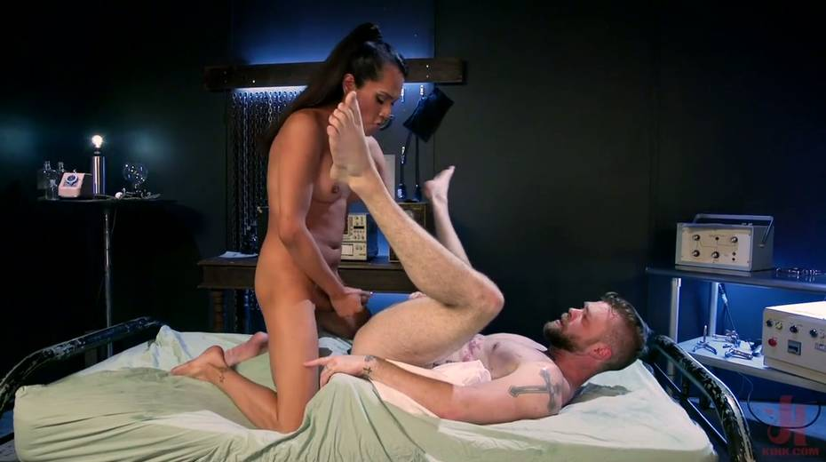 Ebony shemale Jessica Fox is fucking hairy anus of bisexual dude - 23. pic