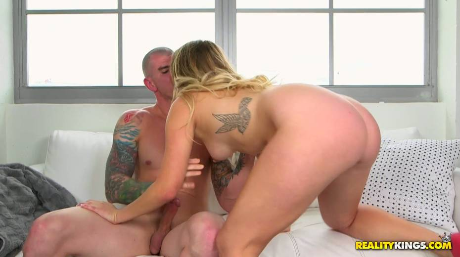 Alluring blonde Lilly Sapphire swallows hose before steamy pussy pounding - 5. pic