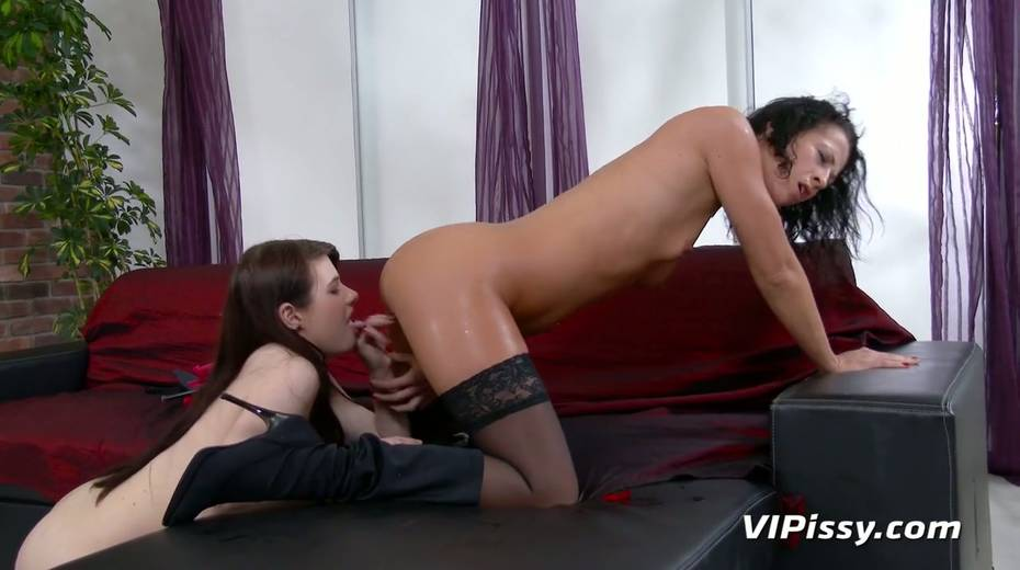 Jaw dropping hottie Vanessa Twain and her nasty GF are pissing after lesbian sex - 19. pic