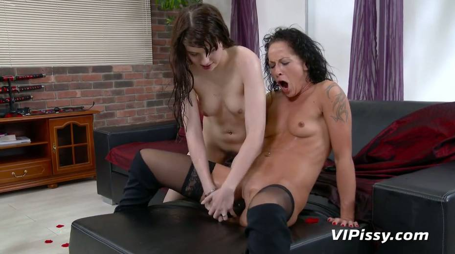 Jaw dropping hottie Vanessa Twain and her nasty GF are pissing after lesbian sex - 28. pic