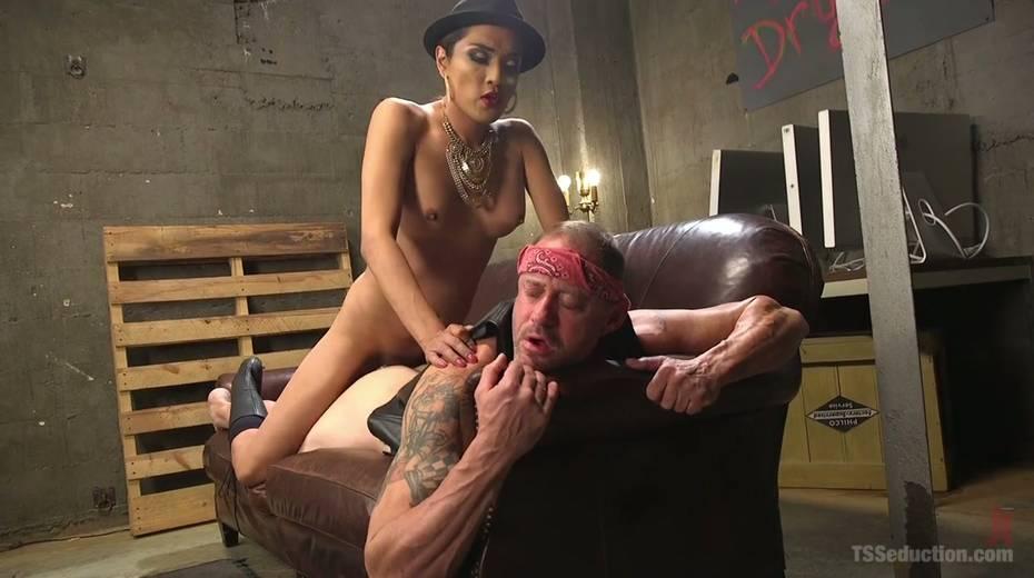 Shemale mistress in corset Jessica Fox fucks tattooed dude - 11. pic
