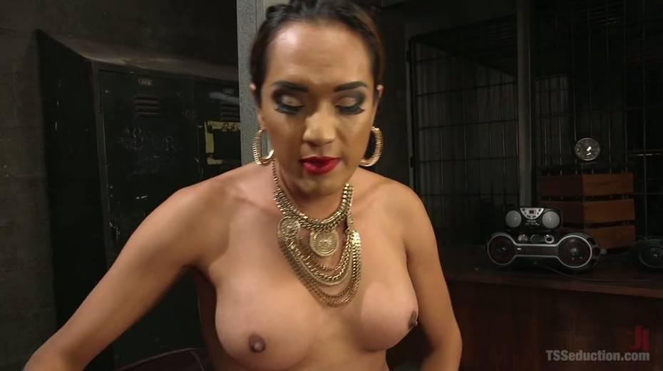 Shemale mistress in corset Jessica Fox fucks tattooed dude - 19. pic