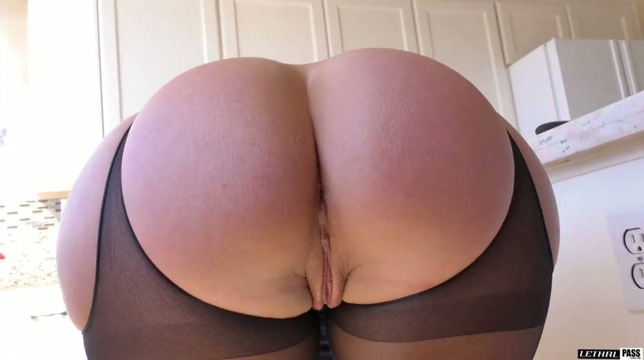 Stunning hottie in crotchless pantyhose Candice Dare gets her pussy fucked - 4. pic