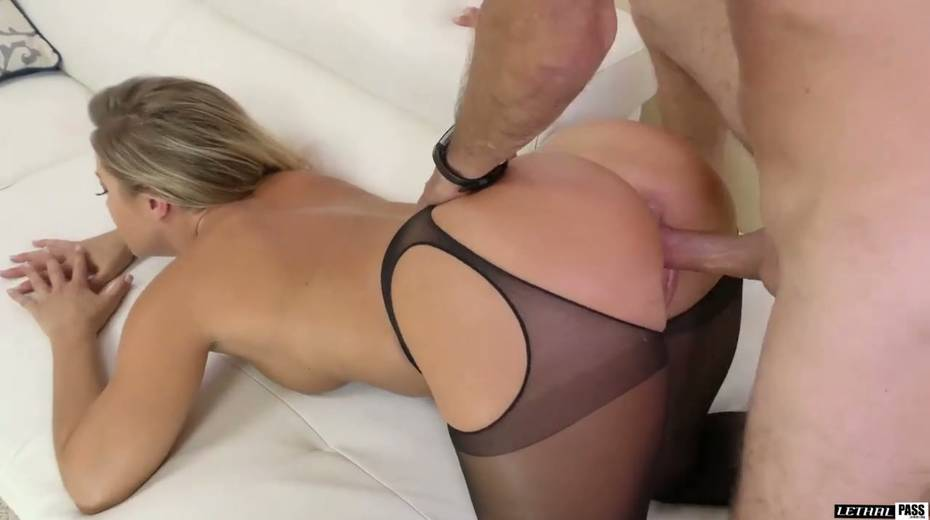 Stunning hottie in crotchless pantyhose Candice Dare gets her pussy fucked - 17. pic