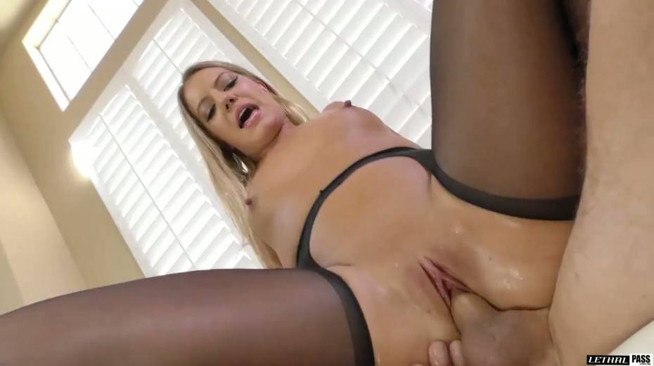 Stunning hottie in crotchless pantyhose Candice Dare gets her pussy fucked - 24. pic