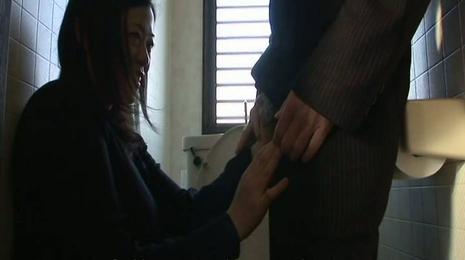 Good wife provides her man with great blowjob in the bathroom - 2. pic