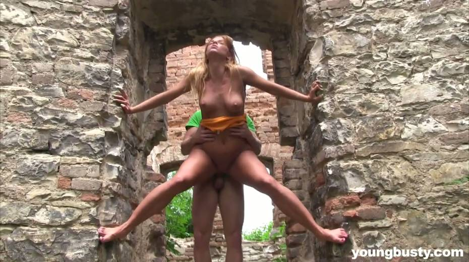 Dude fucks naughty hottie with big boobs Chrissy Fox in the old castle - 20. pic
