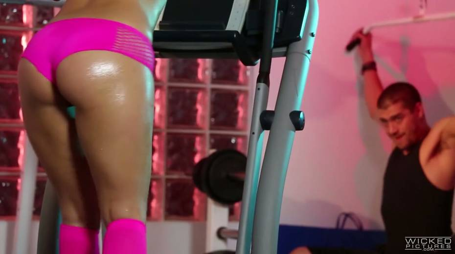 Sport chick Gracie Glam gets her muff licked and fucked at the gym - 1. pic