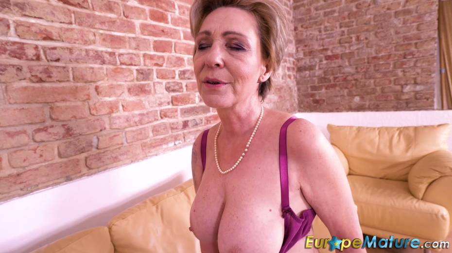 Granny enjoys masturbating her wrinkled and worn out pussy - 28. pic
