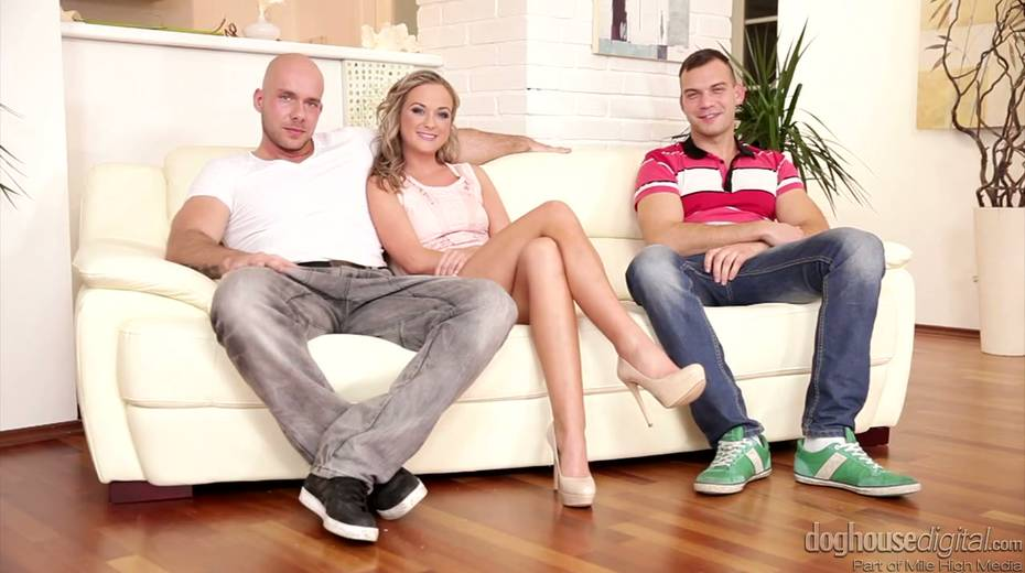 Whorish chick Vinna Reed enjoys having threesome sex with bisexual guys - 1. pic