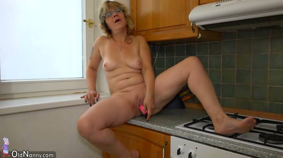 Perverted Old Housewife Kristina Fucks Her Worn Out Cunt -9619